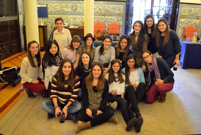 estudiantes de ISSA en San Sebastián dentro de la facultad
