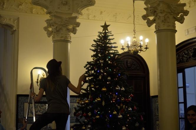 estudiantes de ISSA decorando el árbol de Navidad