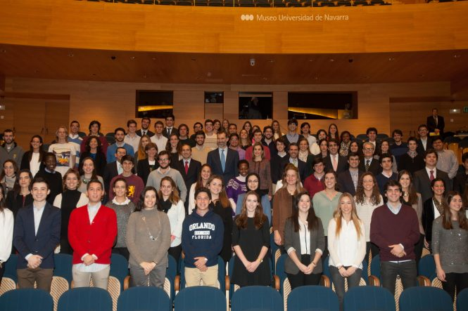 Foto que 80 estudiantes se tomaron con don Felipe y doña Leticia en representación de la Universidad