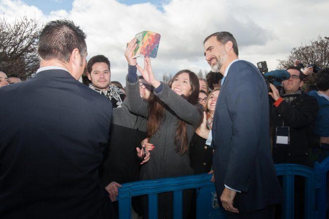 Selfie de una estudiante con don Felipe a la salida del museo