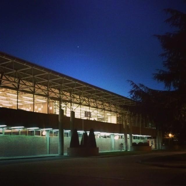 Edificio Escuela de Arquitectura por la noche