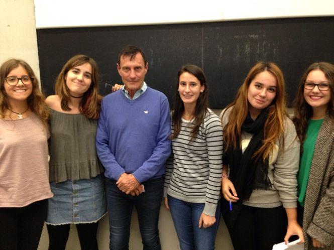 Varias alumnas de cine de tercero de ISSA junto con el director de cine Roland Joffé